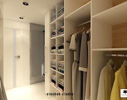 Biała łazienka z garderobą - zdjęcie od Ciochoń-Studio