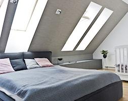 Dom K&P - Duża biała szara sypialnia małżeńska na poddaszu, styl skandynawski - zdjęcie od Pracownia Kaffka