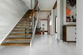 drewniane schody ze szklaną balustradą