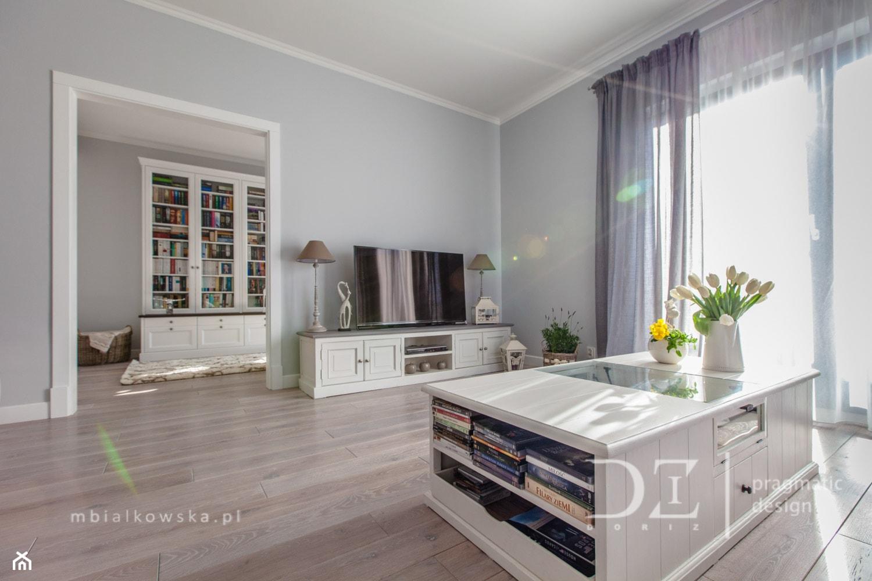 Duży szary salon, styl prowansalski - zdjęcie od Pragmatic Design - Homebook