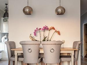 Prowansja na Bartyckiej - Średnia otwarta beżowa jadalnia w salonie, styl prowansalski - zdjęcie od Pragmatic Design