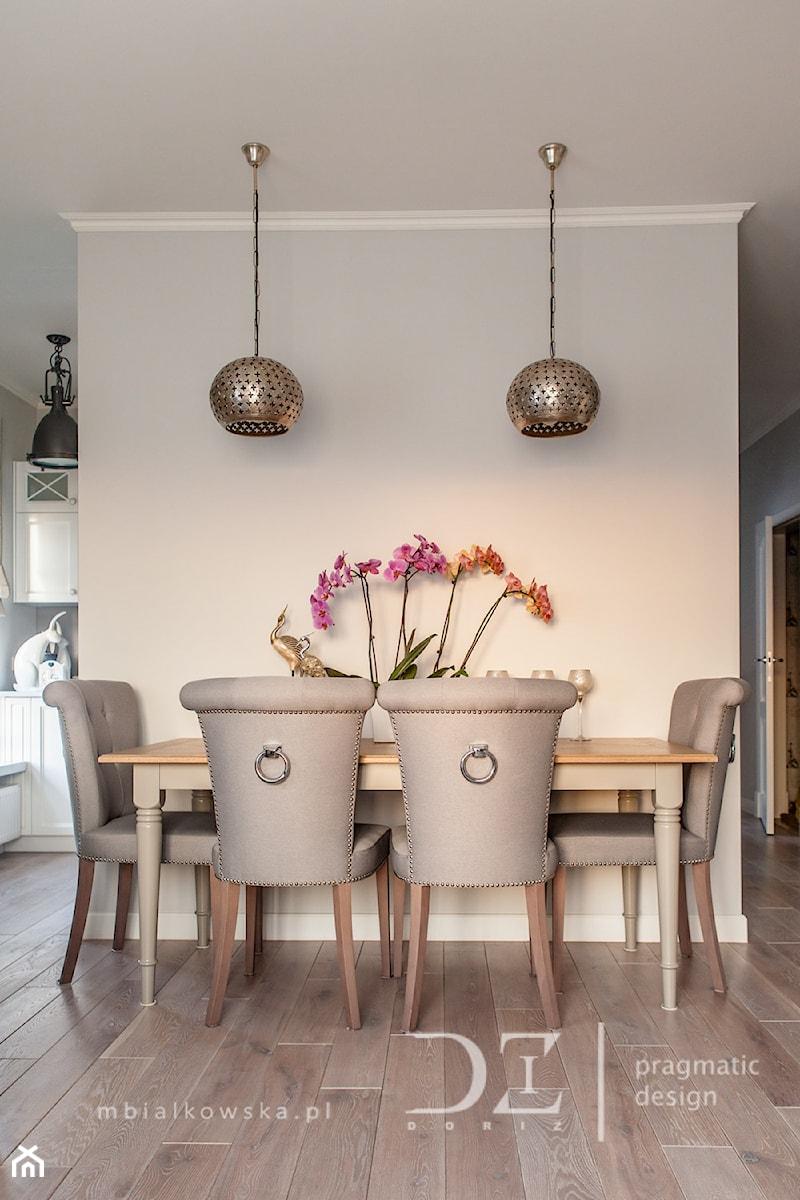Prowansja na Bartyckiej - Średnia otwarta beżowa jadalnia w salonie, styl prowansalski - zdjęcie od Doriz Pragmatic Design