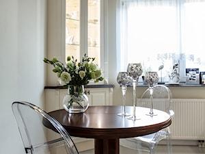 Kuchnia w Komorowie - Mała biała jadalnia w kuchni, styl glamour - zdjęcie od Pragmatic Design