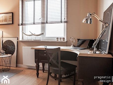 Aranżacje wnętrz - Biuro: Biuro w domu- biurko - Pragmatic Design. Przeglądaj, dodawaj i zapisuj najlepsze zdjęcia, pomysły i inspiracje designerskie. W bazie mamy już prawie milion fotografii!