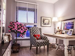 Prowansja na Bartyckiej - Szare biuro kącik do pracy w pokoju, styl prowansalski - zdjęcie od Pragmatic Design