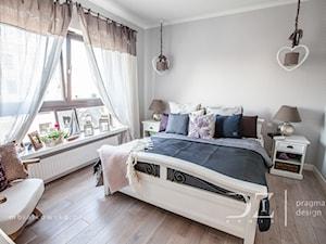 Prowansja na Bartyckiej - Średnia szara sypialnia małżeńska, styl prowansalski - zdjęcie od Pragmatic Design