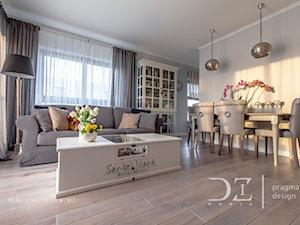 Prowansja na Bartyckiej - Duży szary salon z jadalnią, styl prowansalski - zdjęcie od Pragmatic Design