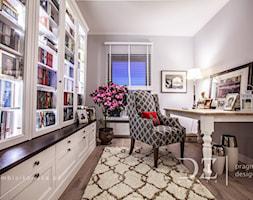 Prowansja na Bartyckiej - Małe szare biuro kącik do pracy w pokoju, styl prowansalski - zdjęcie od Doriz Pragmatic Design