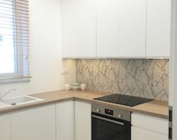 Mieszkanie pokazowe Olsztyn - Mała zamknięta biała kuchnia w kształcie litery l z oknem, styl nowoc ... - zdjęcie od STUDIO BRYŁA KATARZYNA DEREWICZ - Homebook
