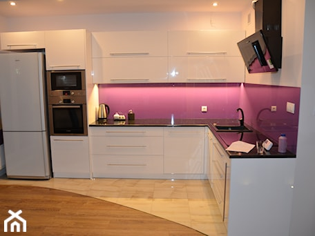 Średnia otwarta różowa fioletowa kuchnia w kształcie litery l w aneksie, styl nowoczesny - zdjęcie od radi2005