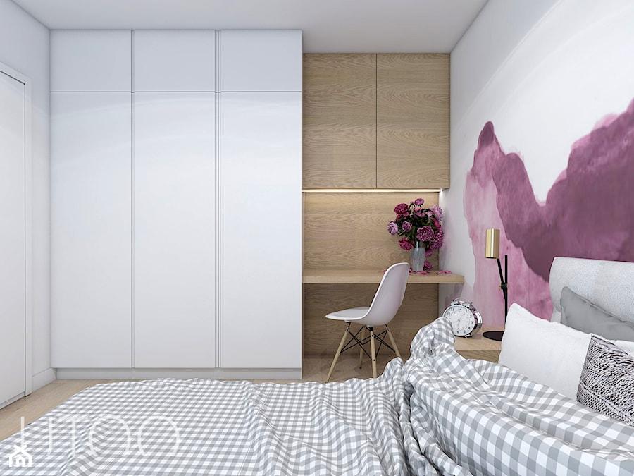 ŚLIWKOWY ZAWRÓT GŁOWY - Średnia biała fioletowa sypialnia małżeńska, styl skandynawski - zdjęcie od UTOO- pracownia architektury wnętrz i krajobrazu