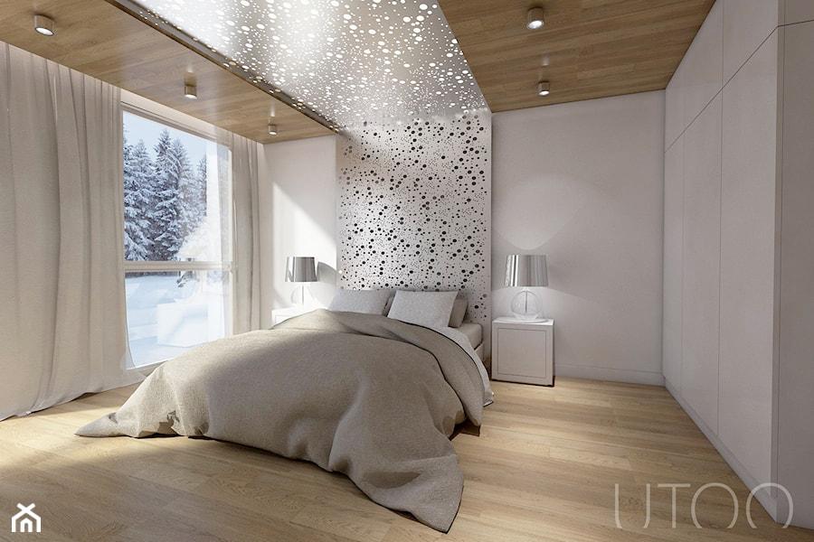 MIESZKANIE DWUPOZIOMOWE - Średnia biała sypialnia małżeńska, styl nowoczesny - zdjęcie od UTOO- pracownia architektury wnętrz i krajobrazu