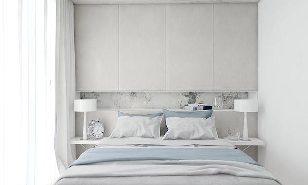 biała sypialnia, niebieska narzuta, białe lampy stołowe, budzik retro