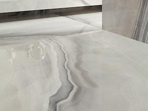 Biały opal i szary marmur