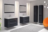biała łazienka z czarnymi meblami Elita, szary dywan, minimalistyczna łazienka