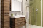 kabina prysznicowa walk-in, groszkowe płytki w łazience, drewniane meble łazienkowe Elita