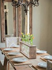 Jak zrobić oryginalną ozdobę stołu z desek i butelek?