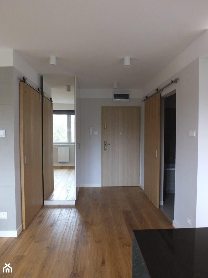 Mieszkanie 40m2 - Duży biały szary hol / przedpokój, styl nowoczesny - zdjęcie od MASTERHOME GROUP