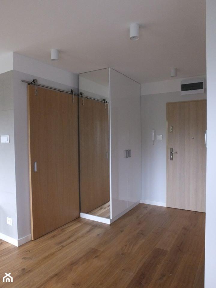 Mieszkanie 40m2 - Średni biały szary hol / przedpokój, styl nowoczesny - zdjęcie od MASTERHOME GROUP
