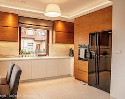 Dom jednorodzinny 160m2 - Duża otwarta szara kuchnia w kształcie litery u z oknem, styl nowoczesny - zdjęcie od MASTERHOME GROUP