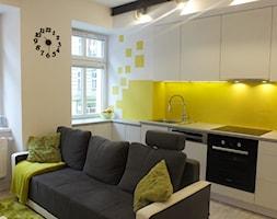 Mieszkanie Wrocław - Średnia otwarta żółta kuchnia w kształcie litery l w aneksie, styl nowoczesny - zdjęcie od MASTERHOME GROUP