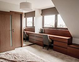 Dom jednorodzinny 160m2 - Duża biała sypialnia na poddaszu, styl nowoczesny - zdjęcie od MASTERHOME GROUP