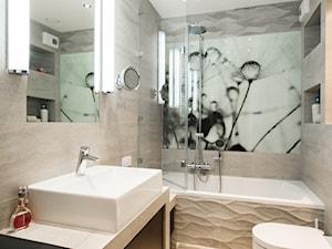Mieszkanie ze szczyptą klasyki - Mała beżowa szara łazienka w bloku bez okna, styl skandynawski - zdjęcie od Inside Story