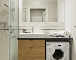 Na Bielanach - Mała beżowa łazienka w bloku w domu jednorodzinnym bez okna, styl skandynawski - zdjęcie od Inside Story