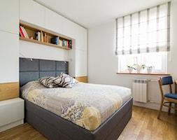 Wielka płyta po metamorfozie - Mała biała sypialnia małżeńska, styl nowoczesny - zdjęcie od Inside Story - Homebook
