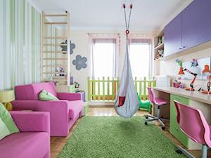 W kolorach łąki - Duży biały beżowy zielony pokój dziecka dla dziewczynki dla rodzeństwa dla ucznia dla malucha, styl nowoczesny - zdjęcie od Inside Story