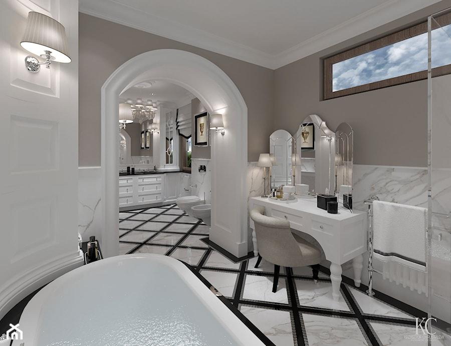Konstancin Łazienka - Średnia biała beżowa łazienka na poddaszu w bloku w domu jednorodzinnym z oknem, styl klasyczny - zdjęcie od KCDESIGN