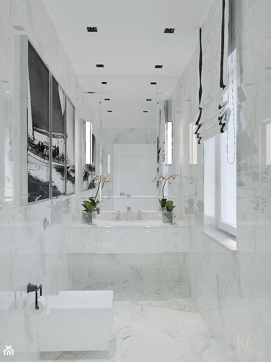 WC Glamour Bydgoszcz - Mała biała łazienka w domu jednorodzinnym z oknem, styl glamour - zdjęcie od KCDESIGN