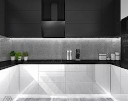 Bia%C5%82o-czarna+kuchnia+z+metaliczn%C4%85+mozaik%C4%85+-+zdj%C4%99cie+od+DIZU+Studio+Projektowe