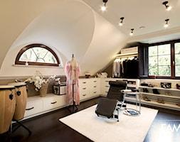 SESJA ZDJĘCIOWA - WOŁOMIN - Duża otwarta garderoba z oknem na poddaszu, styl glamour - zdjęcie od FAMM DESIGN