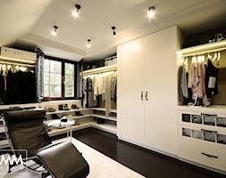SESJA ZDJĘCIOWA - WOŁOMIN - Duża zamknięta garderoba z oknem na poddaszu, styl eklektyczny - zdjęcie od FAMM DESIGN