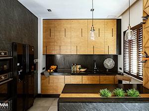 SESJA WILANÓW - Średnia otwarta biała czarna kuchnia w kształcie litery l z oknem, styl industrialny - zdjęcie od FAMM DESIGN