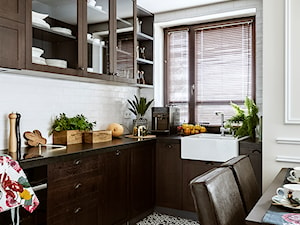 SESJA SASKA KĘPA - Średnia otwarta biała kuchnia w kształcie litery l z oknem, styl kolonialny - zdjęcie od FAMM DESIGN
