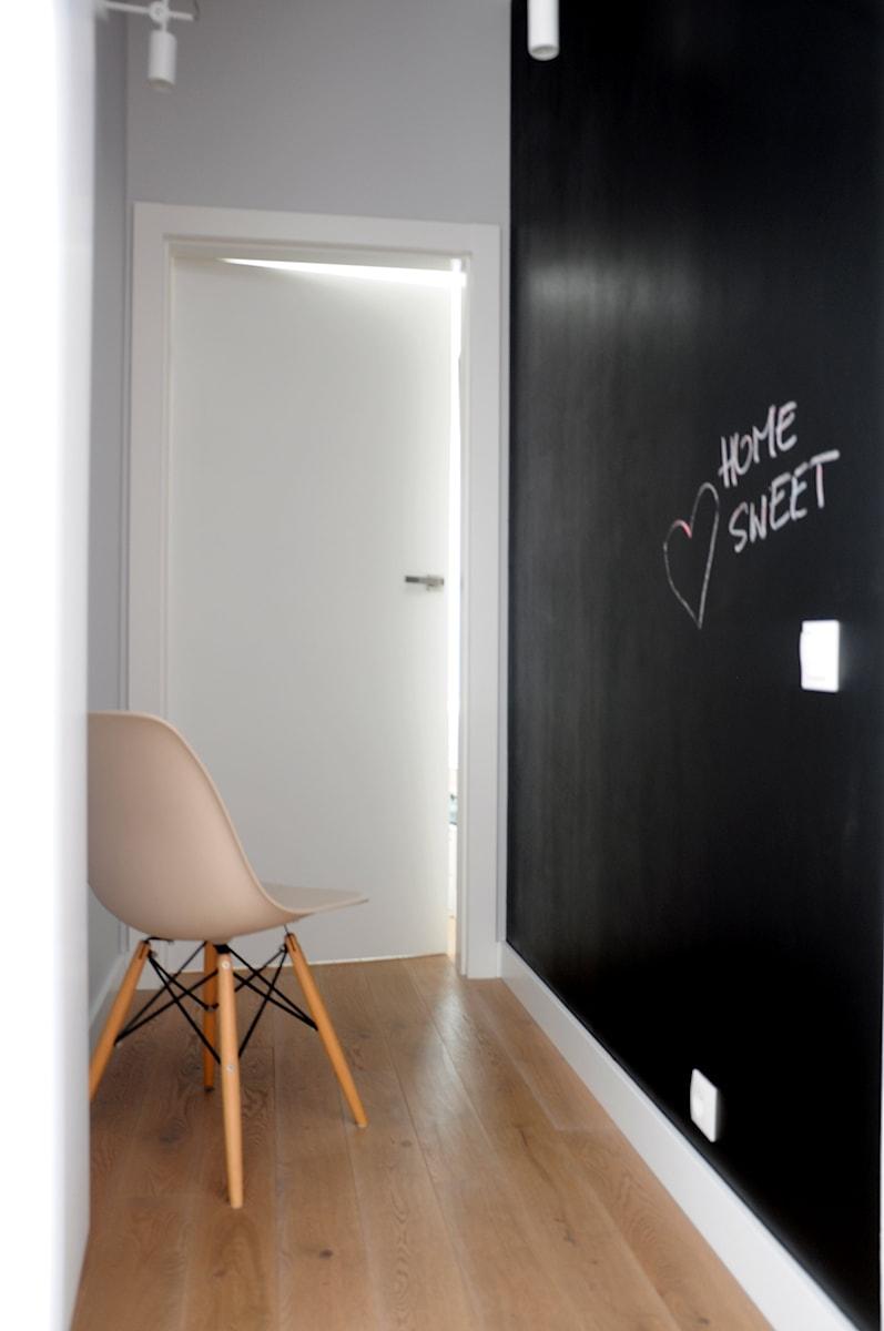 Czarna tablica kredowa na ścianie  zdjęcie od Dizajnia