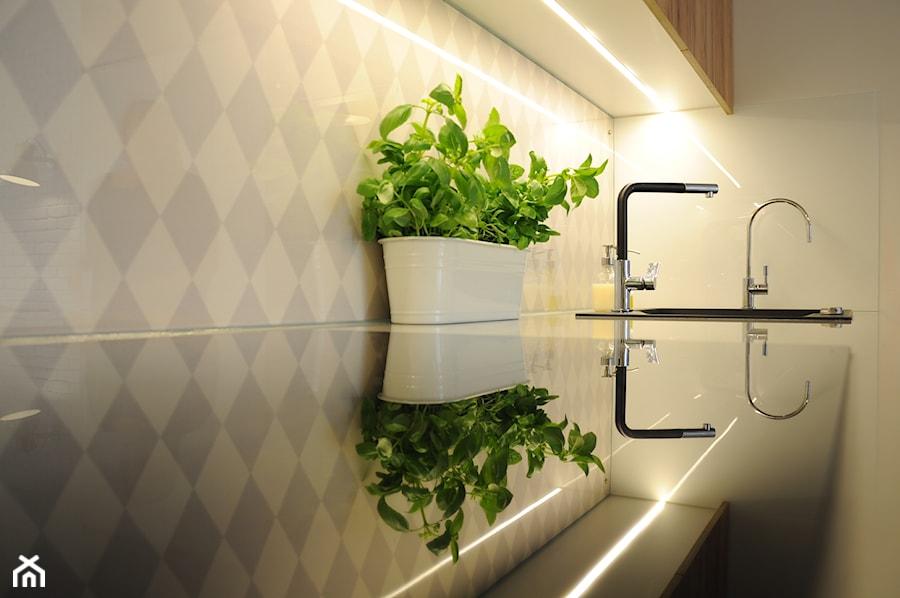 Tapeta w romby za szkłem - zdjęcie od Dizajnia art - studio projektowe