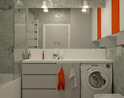 BETONOWA ŁAZIENKA Z ORANGE AKCENTEM - Mała szara łazienka na poddaszu w bloku bez okna, styl nowoczesny - zdjęcie od Dizajnia art - studio projektowe