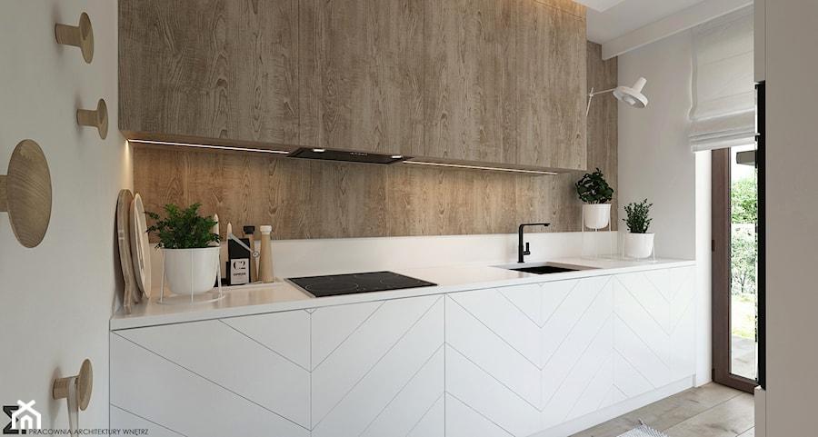 Naturalne drewno + biel = klasyka gatunku jako WERSJA 2 - Mała otwarta biała kuchnia jednorzędowa z oknem, styl skandynawski - zdjęcie od ELEMENTY