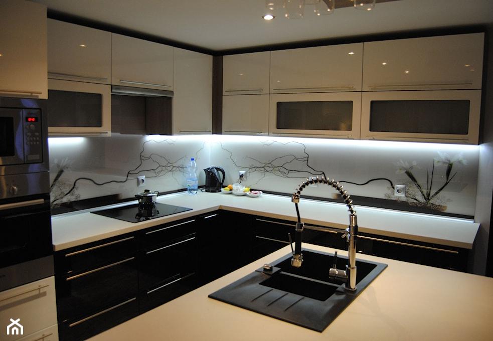 Szkło między szafkami w kuchni  wady i zalety  Homebook pl -> Kuchnia Z Wyspą Grafika