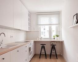 Pastelowe mieszkanie na wynajem - Mała zamknięta wąska biała kuchnia w kształcie litery l z oknem, ... - zdjęcie od PX3 Pracownia Projektowa Prokopowicz - Homebook