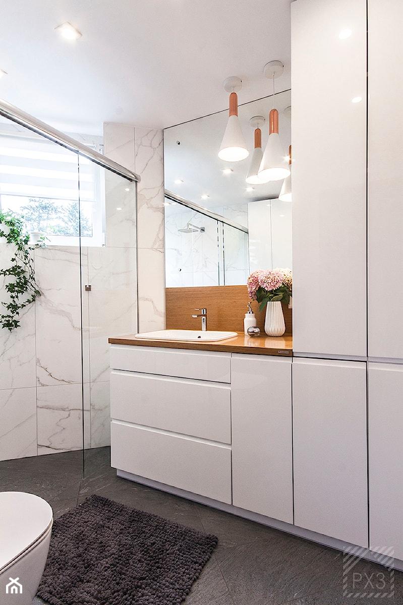 Łazienka na trójkącie - Średnia biała łazienka w bloku w domu jednorodzinnym z oknem, styl nowoczesny - zdjęcie od PX3 Pracownia Projektowa Prokopowicz