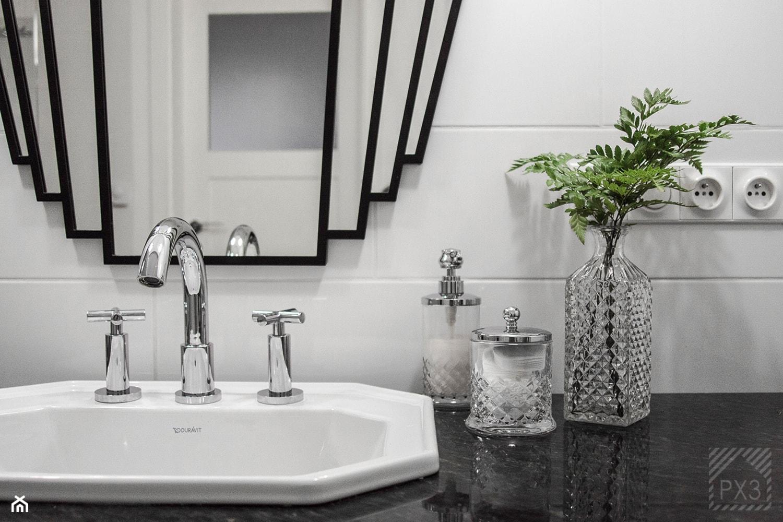 Mieszkanie Art Deco - Mała biała łazienka na poddaszu w bloku w domu jednorodzinnym bez okna, styl art deco - zdjęcie od PX3 Pracownia Projektowa Prokopowicz - Homebook