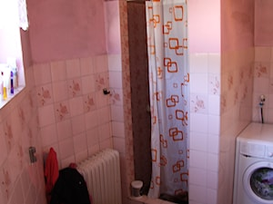 Łazienka na trójkącie - Średnia różowa łazienka w bloku w domu jednorodzinnym bez okna - zdjęcie od PX3 Pracownia Projektowa Prokopowicz