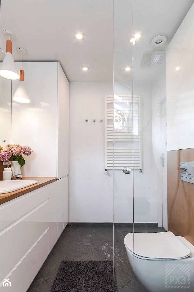 Łazienka na trójkącie - Średnia biała łazienka w bloku w domu jednorodzinnym, styl nowoczesny - zdjęcie od PX3 Pracownia Projektowa Prokopowicz