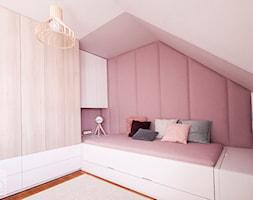 Pudrowo-miętowy pokój 6-letniej Zosi - Mały różowy pokój dziecka dla dziewczynki dla nastolatka, styl nowoczesny - zdjęcie od PX3 Pracownia Projektowa Prokopowicz