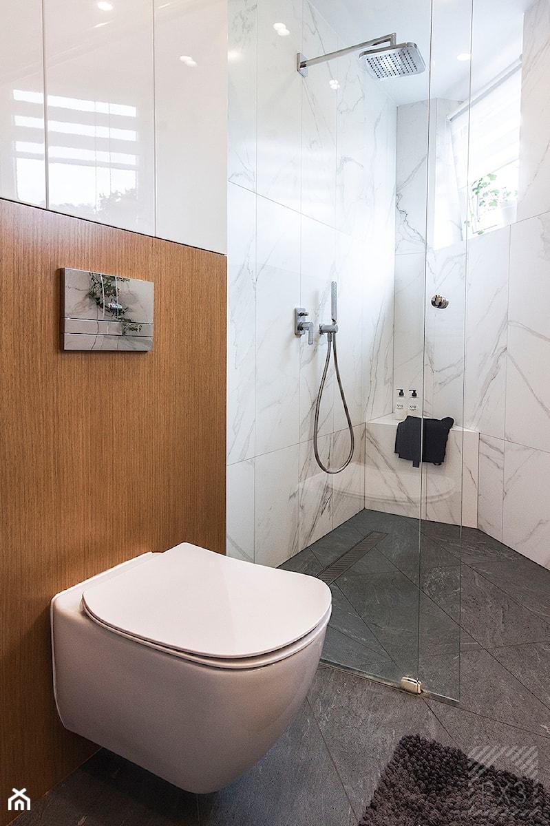 Łazienka na trójkącie - Mała łazienka w bloku w domu jednorodzinnym z oknem, styl nowoczesny - zdjęcie od PX3 Pracownia Projektowa Prokopowicz