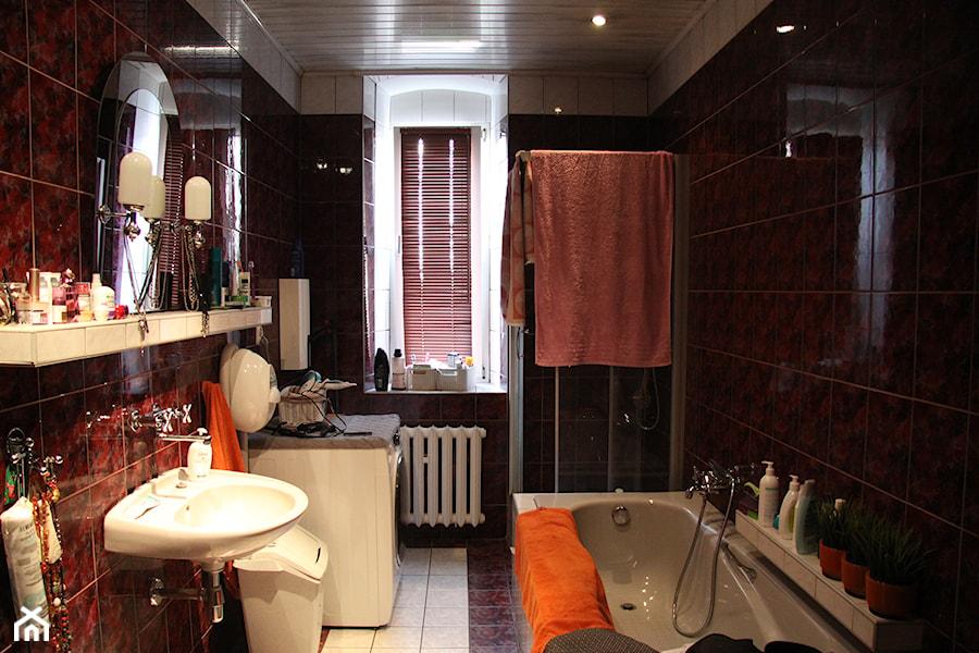 Łazienka w kamieniu i drewnie - Średnia łazienka w bloku w domu jednorodzinnym z oknem - zdjęcie od PX3 Pracownia Projektowa Prokopowicz